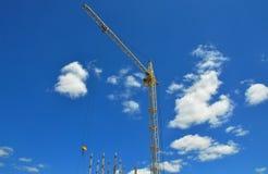 Кран здания на строительной площадке Строя высокий подъем Стоковое фото RF