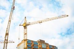 Кран и жилой дом конструкции против Стоковое Фото