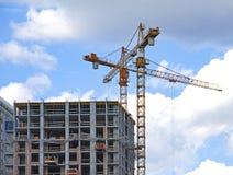 Кран и здание под конструкцией против голубого неба Стоковое Изображение RF