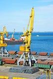 Кран и металл груза порта Стоковые Фотографии RF