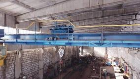 Кран конструкции в покинутой фабрике акции видеоматериалы