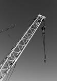 кран конструкции в черно-белом Стоковое Фото