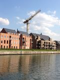 Кран конструкции на месте жилищного строительства Стоковые Фото
