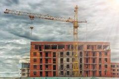 Кран конструкции на предпосылке здания торгового центра здания Стоковые Фотографии RF