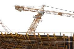 Кран конструкции на строительной площадке на белой предпосылке Стоковое Изображение