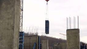 Кран конструкции поднимает вес строя формы для твердеть бетона сток-видео