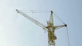Кран конструкции стоит против неба акции видеоматериалы