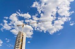 Кран конструкции строя здание, небо предпосылки и c стоковое фото rf