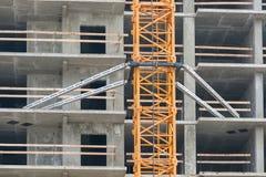Кран конструкции установки поднимаясь к перекрытиям в конструкции дома Стоковые Фото