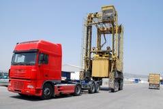 кран контейнера понижая порт Стоковые Фотографии RF
