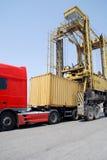 кран контейнера понижая порт Стоковое фото RF