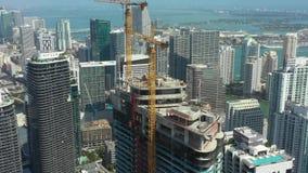 Кран на городской строительной площадке небоскреба Майами Brickell сток-видео