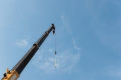Кран на голубом небе стоковые изображения rf