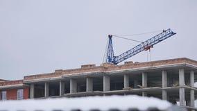 Кран на строительной площадке сток-видео