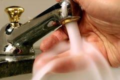 кран персоны руки под мыть Стоковые Изображения