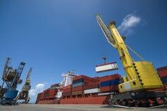 Кран понижая контейнер к стогу контейнеров Стоковое Изображение RF