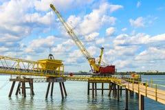 Кран порта на Реке Темза, Лондоне Великобритании Стоковое Изображение RF