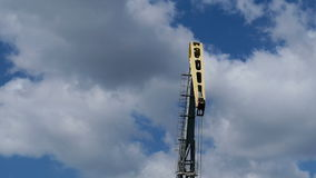 Кран порта работы на предпосылке неба акции видеоматериалы
