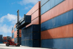 Кран поднимает вверх коробку контейнера нагружая к пользе депо контейнера для c Стоковое Изображение