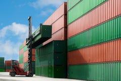 Кран поднимает вверх коробку контейнера нагружая к пользе депо контейнера для c Стоковые Фотографии RF