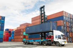 Кран поднимаясь вверх по контейнеру стоковые фотографии rf