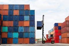 Кран поднимаясь вверх по контейнеру стоковая фотография rf