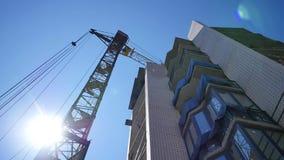 Кран промежутка времени работая в большой строительной площадке видеоматериал