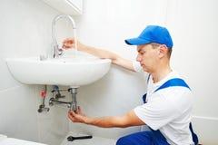 Кран пропускающего влагу faucet ремонта человека водопроводчика стоковые фото