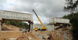 Кран работая на мосте Стоковое Изображение RF