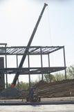 Кран работая на строительной площадке Стоковые Фотографии RF