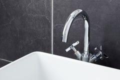 кран раковины ванной комнаты современный стоковое фото