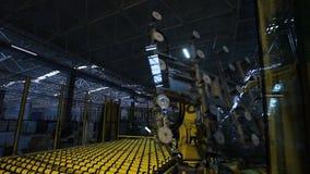 Кран робота машины двигает большое листовое стекл к запасу сток-видео