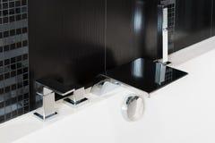 Кран смесителя таза, смеситель ливня ванны, faucet водопада и душ на стороне конца-вверх ванны Стоковое фото RF