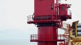 Кран снаряжения бурения в море начиная поднять заграждение сток-видео
