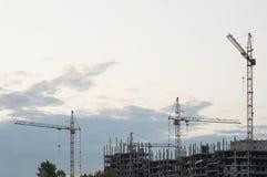 Кран строит дома Стоковая Фотография RF
