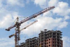 Кран строит дома Стоковые Фото