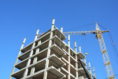 Кран строя новый дом на строительной площадке Жилищное строительство хорошее для экономического роста Стоковое Фото