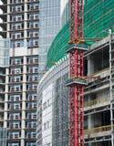 Кран с конструкцией в городе Стоковые Изображения