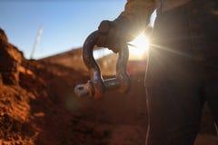 Кран удерживания Rigger поднимая заход солнца сережки 17 тонов на заднюю землю стоковые фотографии rf