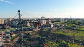 Кран Construaction на предпосылке города имущество принципиальной схемы реальное видеоматериал