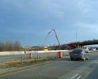 Кран Fayetteville, Арканзаса, северо-западный Арканзаса, строительство дорог Стоковая Фотография RF