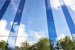 Красивая абстрактная предпосылка отражения в отраженной стене Стоковая Фотография RF