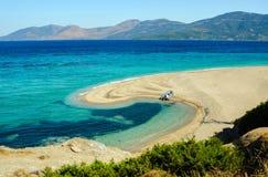 Красивая лагуна моря с шлюпкой на пляже Стоковые Фотографии RF