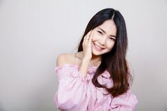 Красивая азиатская девушка с здоровой кожей Принципиальная схема Skincare Красивая усмехаясь молодая азиатская женщина с чистым,  стоковое изображение