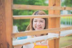 Красивая азиатская девушка paiting деревянная полка роликом Стоковое Изображение