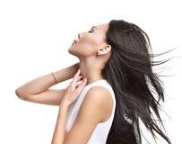 Красивая азиатская девушка брюнет при здоровые длинные изолированные волосы Стоковое Изображение