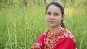 Красивая азиатская девушка в красный усмехаться платья акции видеоматериалы