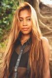 Красивая азиатская девушка с красивыми коричневыми длинными волосами Красивая мода девушки Стоковая Фотография RF