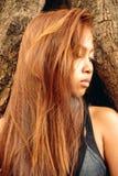 Красивая азиатская девушка с красивыми коричневыми длинными волосами Красивая мода девушки Стоковая Фотография