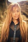 Красивая азиатская девушка с красивыми коричневыми длинными волосами Красивая мода девушки Стоковые Фото